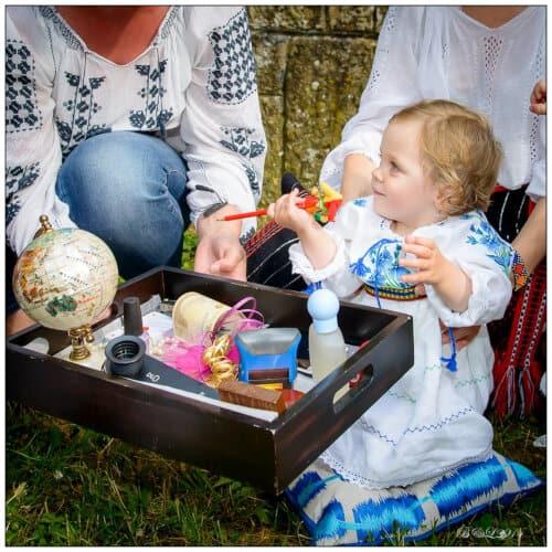 bebelusa alege obiecte de pe tava