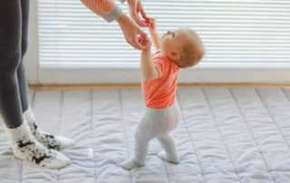 etapele mersului la bebelusi