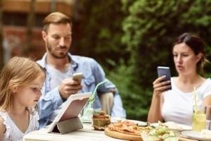 parinti-si-copii-telefoane-tablete